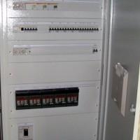 Szinti UPS főelosztó, szervíz áramkör védelemmel