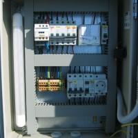 Főbiztosító, főkapcsoló, kontroll lámpa, vészgomb, kombinált idő- alkonyat vezérlés,szervíz dugalj 30 mA-es ÁVK védelemmel, szeríz világítás, elmenő áramkörök védelme, sorkapocsléces kivitel